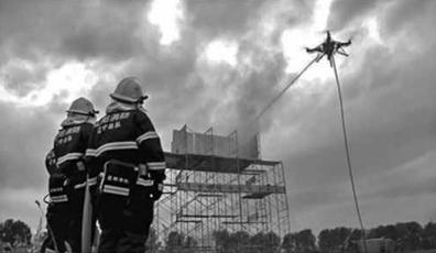 无人机携带水带灭火实景